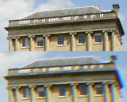 در عکس بالایی خطوط از نظر رنگ دارای انطباق و وضوح کافی هستند ولی در عکس پایینی که با یک لنز واید گرفته شده است، کجنمایی رنگی به شدت آشکار است.